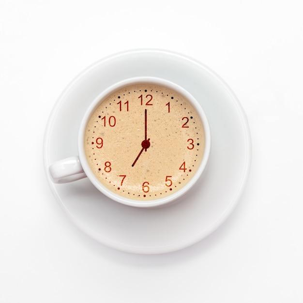 Xícara de cappuccino fresco com sinal de relógio. vista de cima