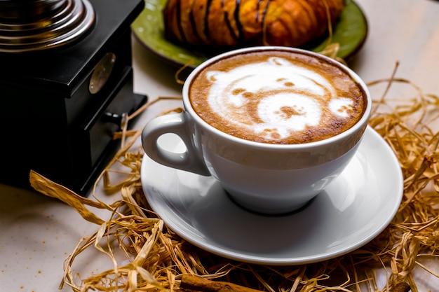 Xícara de cappuccino vista frontal com um padrão de urso
