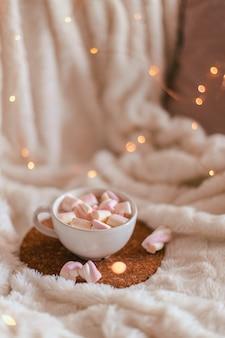 Xícara de cerâmica de chocolate quente ou cacau com marshmallow