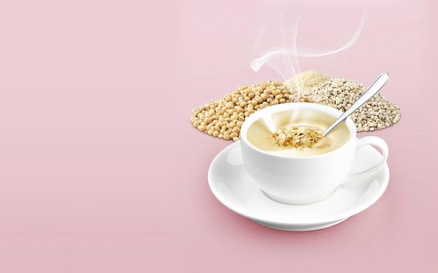 Xícara de cereal na cor de fundo sólido