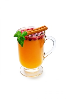 Xícara de chá aroma sazonal, isolada no fundo branco