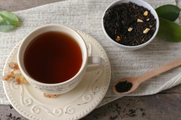 Xícara de chá aromático no guardanapo