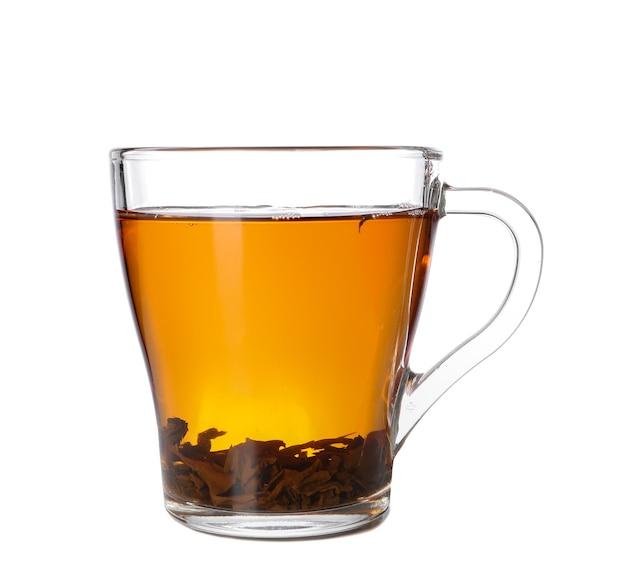 Xícara de chá aromático quente na superfície branca