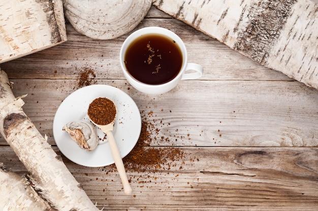 Xícara de chá chaga, bebida natural saudável, antioxidante.