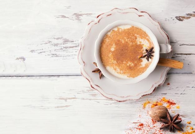 Xícara de chá chai indiano tradicional com anis estrelado e canela