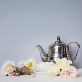 Xícara de chá com arranjo de flores
