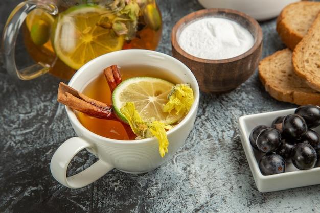 Xícara de chá com azeitonas e pão na superfície leve café da manhã de vista frontal