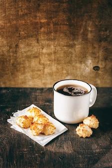 Xícara de chá com biscoitos de coco