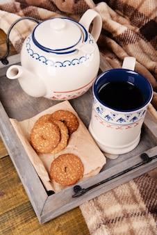 Xícara de chá com biscoitos em close-up da mesa