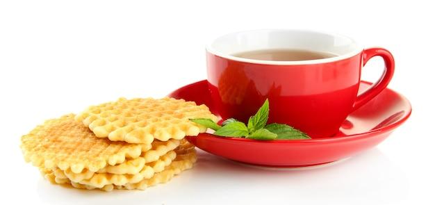 Xícara de chá com biscoitos no branco