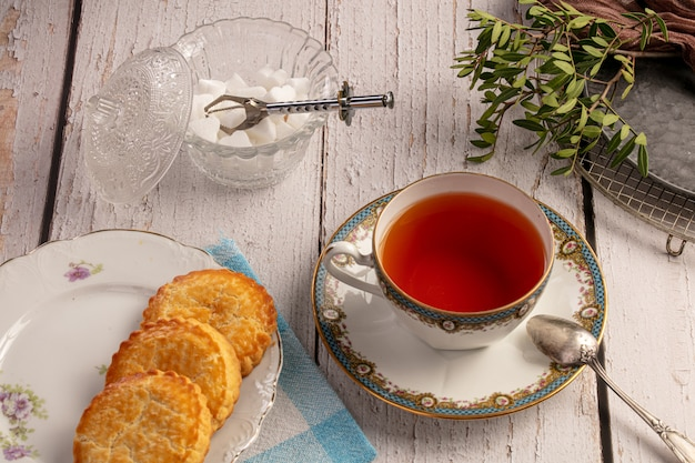Xícara de chá com biscoitos
