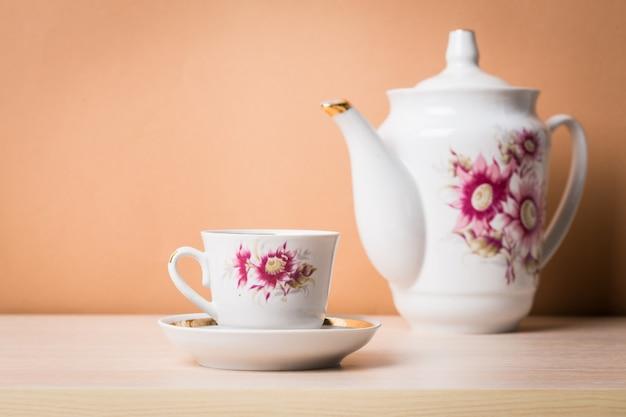 Xícara de chá com bule em estilo vintage