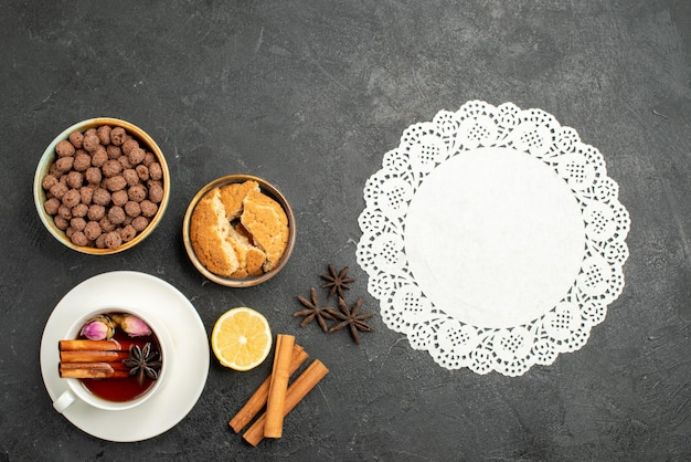 Xícara de chá com canela na superfície cinza-escuro de chá com canela doce cerimônia de bebida de chá