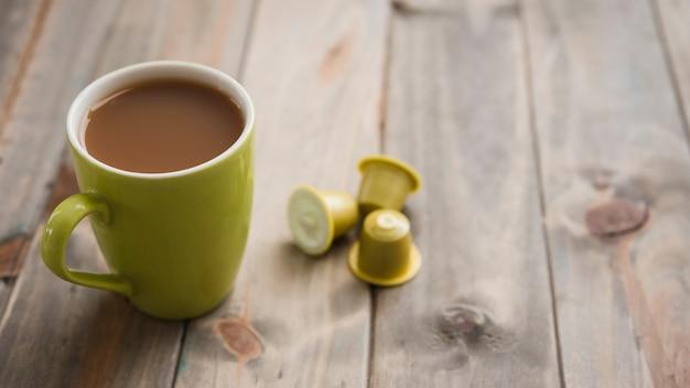 Xícara de chá com cápsulas
