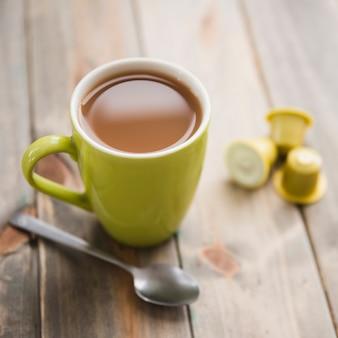 Xícara de chá com colher