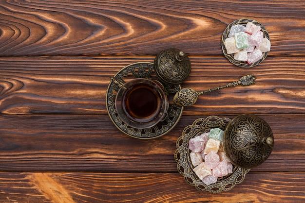 Xícara de chá com delícias turcas na mesa