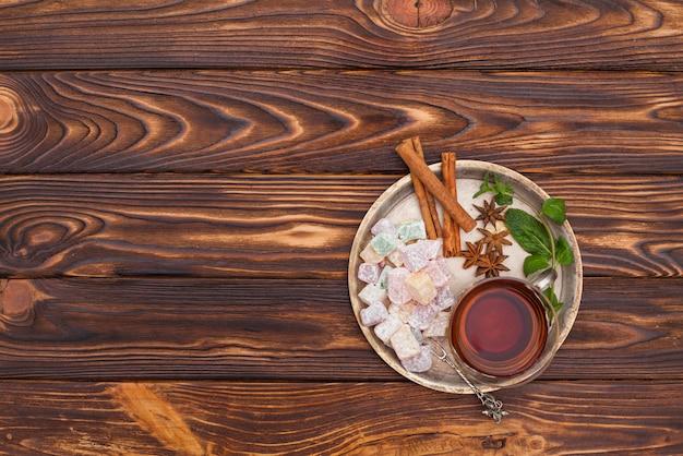 Xícara de chá com delícias turcas na placa