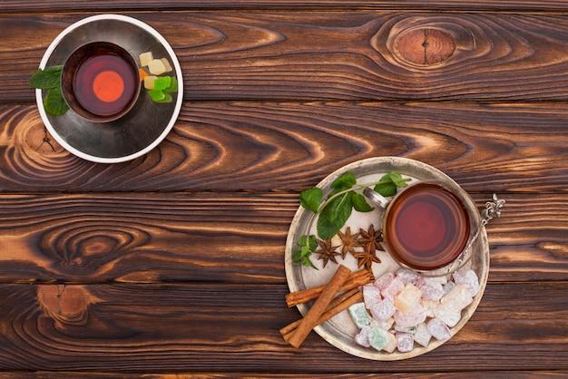 Xícara de chá com delícias turcas no prato grande