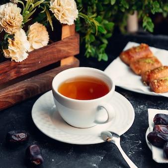 Xícara de chá com delícias