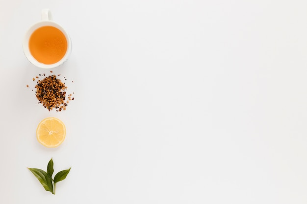 Xícara de chá com fatia de limão e espaço de cópia