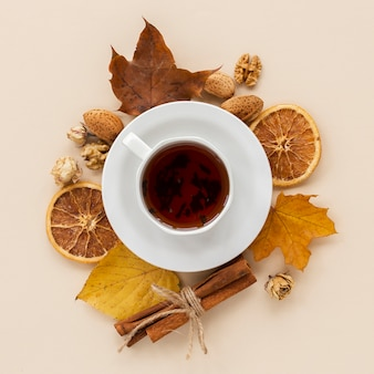 Xícara de chá com fatias de laranja secas e folhas