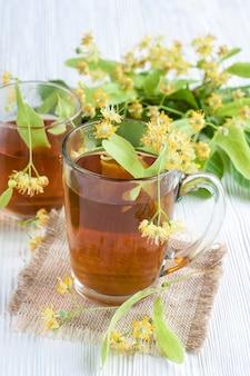 Xícara de chá com flor de limão