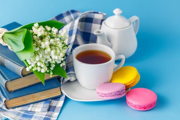 Xícara de chá com flor de primavera