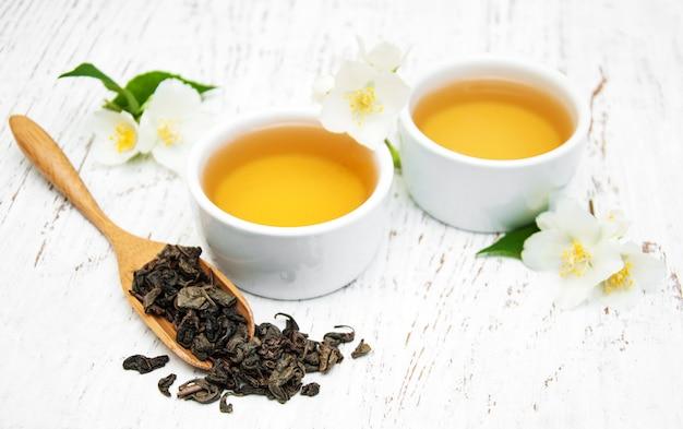 Xícara de chá com flores de jasmim