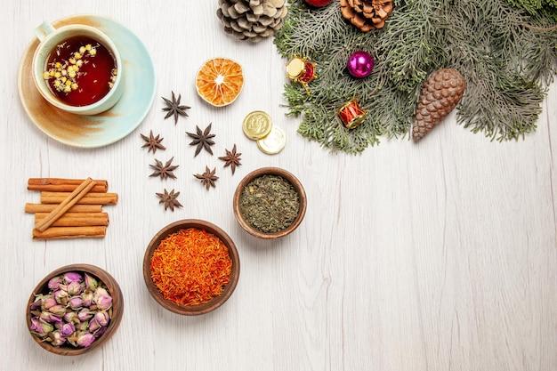 Xícara de chá com flores e árvore na mesa branca planta sabor flor