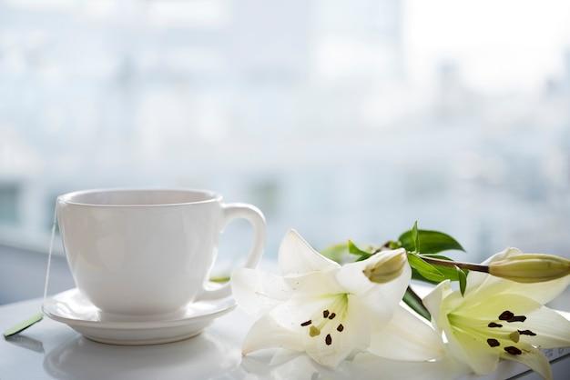 Xícara de chá com flores
