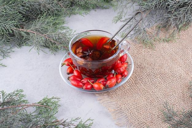 Xícara de chá com fresco na mesa de mármore.