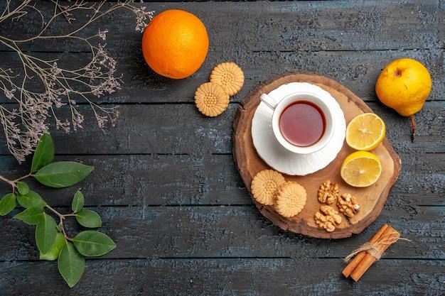 Xícara de chá com frutas e biscoitos com vista de cima