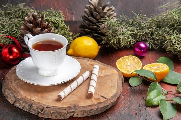 Xícara de chá com frutas em fundo escuro de vista frontal