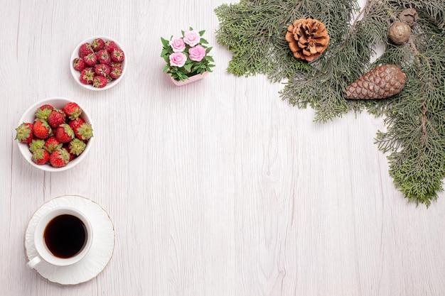 Xícara de chá com frutas frescas no fundo branco, vista superior, chá, baga, bolo, biscoito