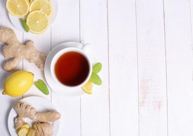 Xícara de chá com ingredientes