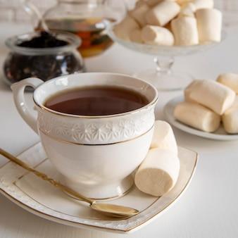Xícara de chá com lanche