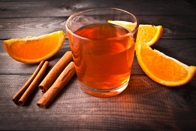 Xícara de chá com laranja e canela