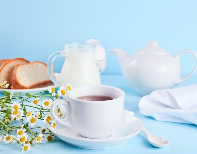 Xícara de chá com leite
