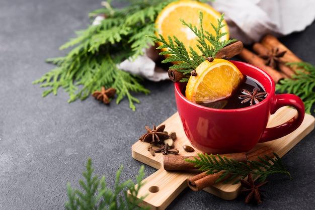 Xícara de chá com limão e frutas