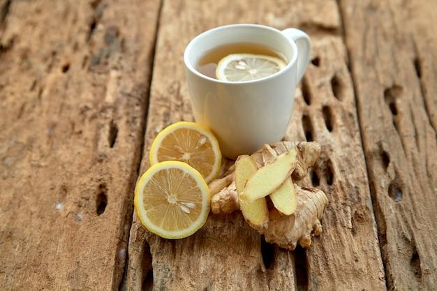 Xícara de chá com limão e gengibre