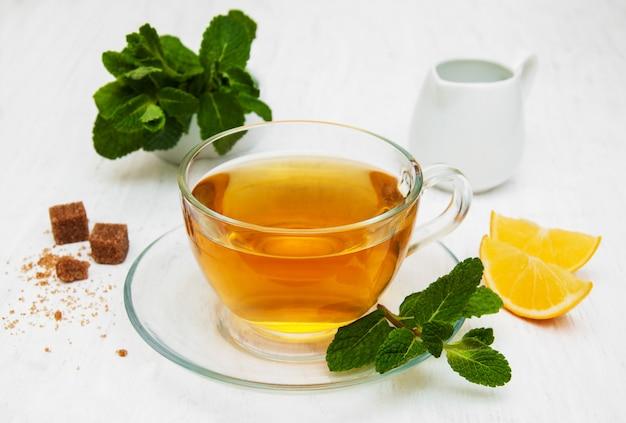 Xícara de chá com limão e hortelã