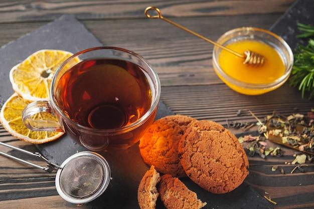 Xícara de chá com limão e mel