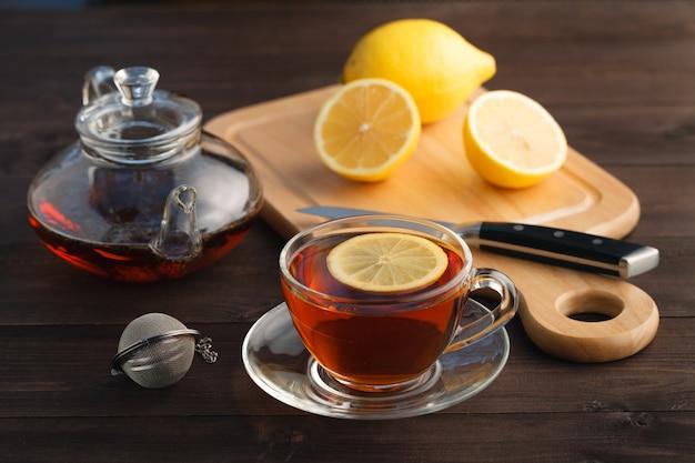 Xícara de chá com limão em close-up tabela