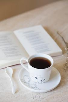 Xícara de chá com livro