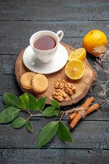 Xícara de chá com vista de cima, frutas e biscoitos, biscoito doce e açúcar