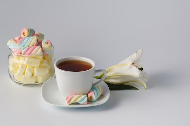 Xícara de chá da manhã com marshmallow colorido