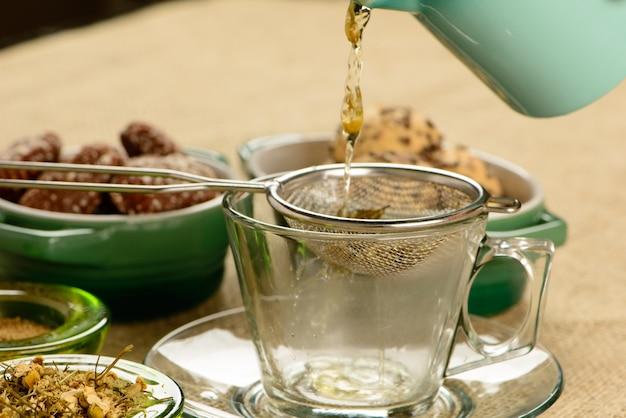Xícara de chá de camomila com biscoitos