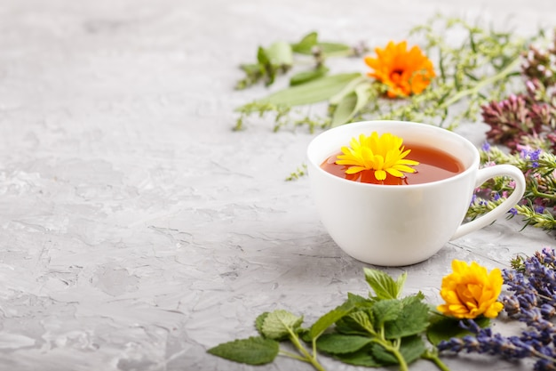 Xícara de chá de ervas com calêndula, lavanda, orégano, hissopo, hortelã e erva-cidreira
