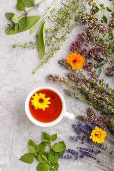 Xícara de chá de ervas com calêndula, lavanda, orégano, hortelã e limão