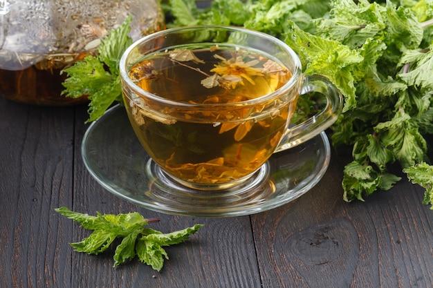 Xícara de chá de ervas com ervas frescas